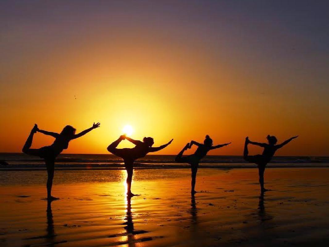 ビーチヨガ体験 選べる太陽のパワーをもらうサンライズまたはサンセットヨガ<朝・夕/SKY SURF YOGA/茅ヶ崎>